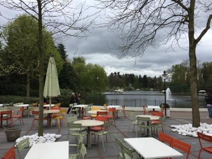 Restaurante na entrada do parque, com vista para o lago central.