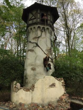 Torre da Rapunzel, com a bruxa subindo pela trança.