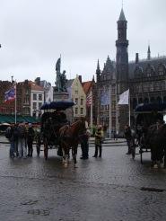 Charretes e estátua no centro da Markt.