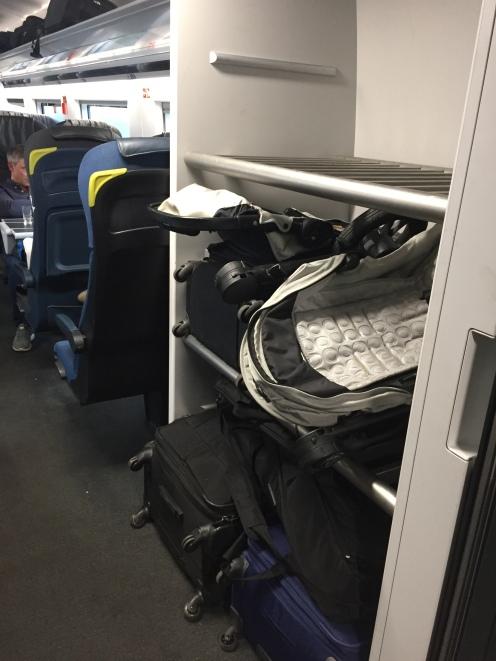 Nossas malas no bagageiro do trem