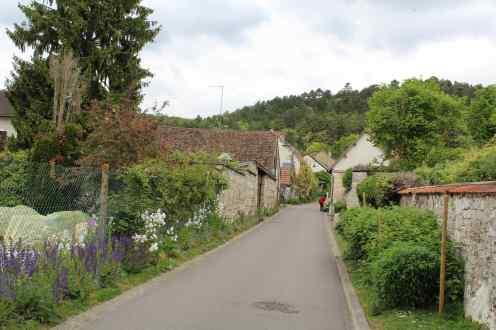 Caminho do estacionamento até os jardins.
